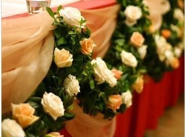 通常有欧式罗马柱及铁艺鲜花等